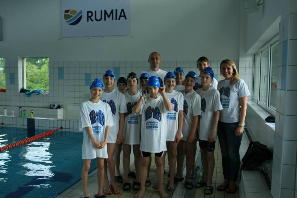 Młode Pływaczki I Pływacy UKS Tri Team Rumia Trenują Dla Chorych Na Nadciśnienie Płucne.